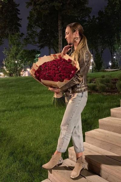 Поклонники часто дарят Ольге Бузовой цветы