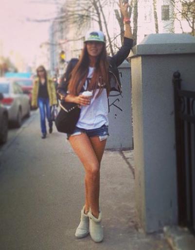 Анна Седокова голосует за ультракороткие шорты