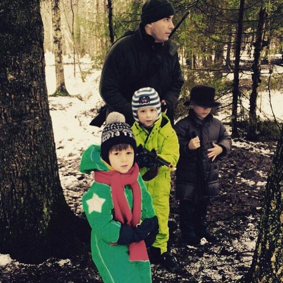 «Животные не пострадали», - подписала фото сына Саши, прижимающего к себе игрушечное оружие, Полина Диброва