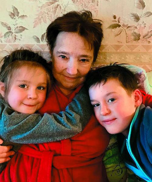 Мама чемпионки Наталья с внуками