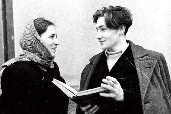 Нонна познакомилась с Вячеславом Тихоновым в 1947 году на съемках фильма «Молодая гвардия». Они прожили в браке 13 лет