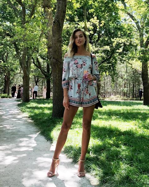 Настя Ковалева работает моделью