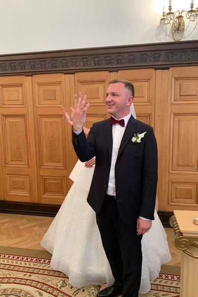 Супруги продемонстрировали кольца