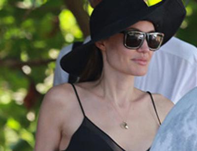 Анджелина Джоли впервые показала грудь после операции