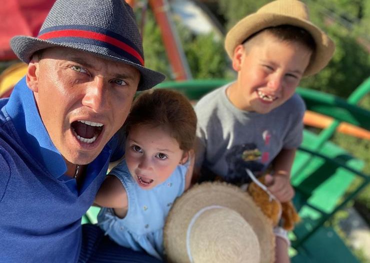 Актер общается с сыном и дочерью после развода с Агатой