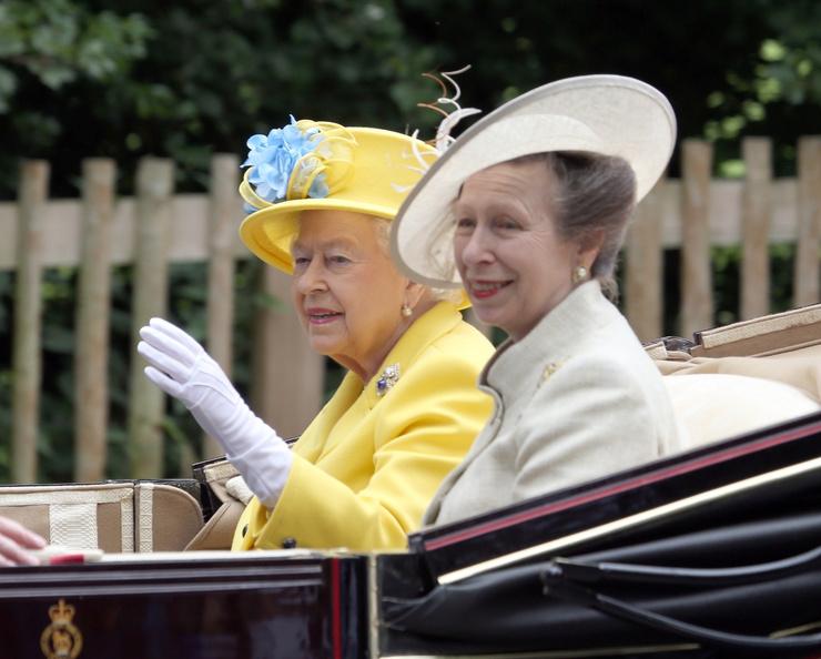 Королева Елизавета II с дочерью