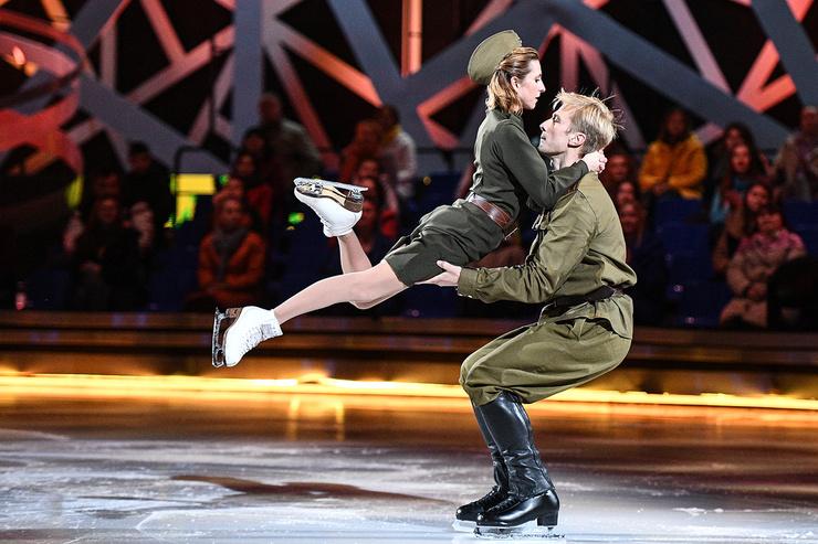 Яна Хохлова и Вячеслав Чепурченко показывают почти профессиональный уровень. Сегодня пара выступала под песню из военной драмы «В бой идут одни «старики» и получила заслуженные 12.00 баллов