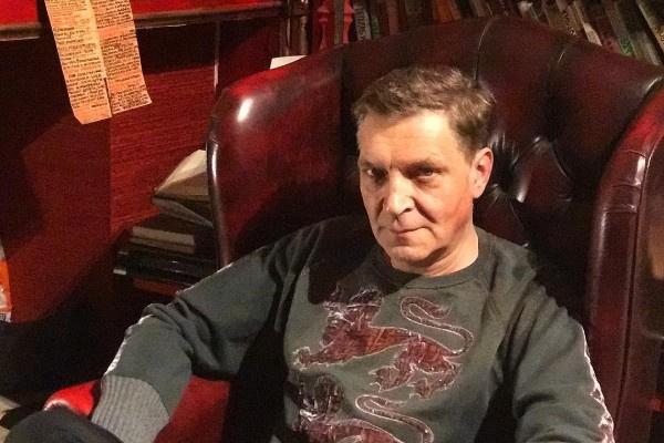 Многие ролики с лекциями Александр Невзоров снимает в кабинете