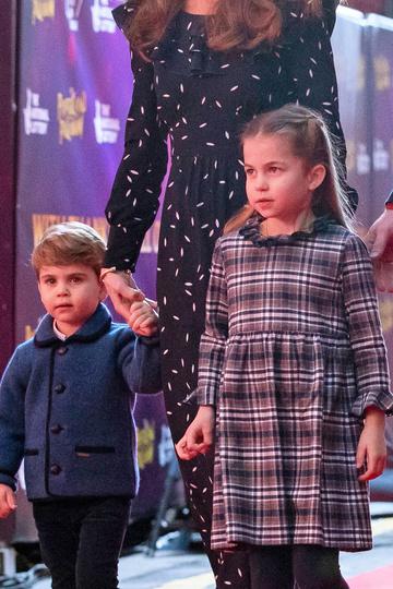 Шарлотта в похожем платье на светском мероприятии