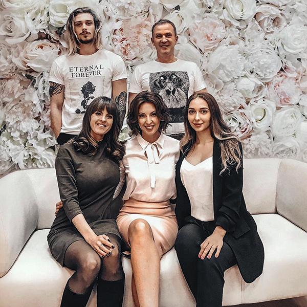 Виктор и Наталья с сыном Василием, его девушкой Дарьей (справа) и дочерью Рыбина от первого брака Марией