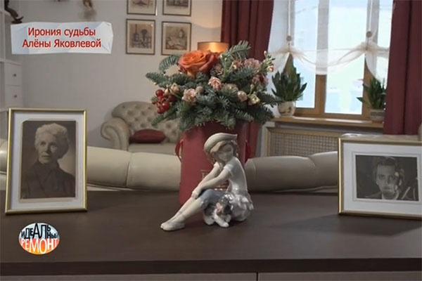 На комоде появилась композиция из пихты и роз ручной работы