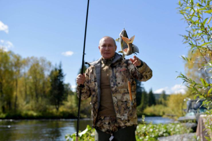 В тайге Путин порыбачил и поймал щучку
