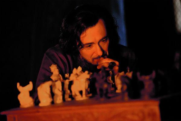 По сюжету герои часто играют в шахматы