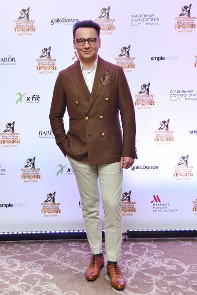 Александр Олешко в стильном пиджаке