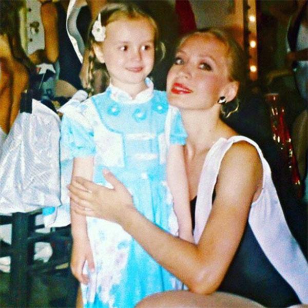 Маленькая Полина Гагарина с мамой