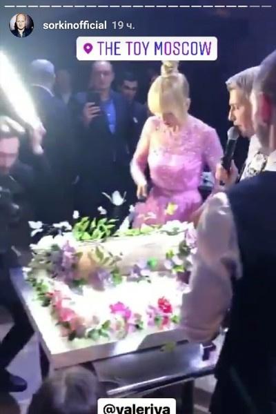 В конце праздника вынесли огромный торт