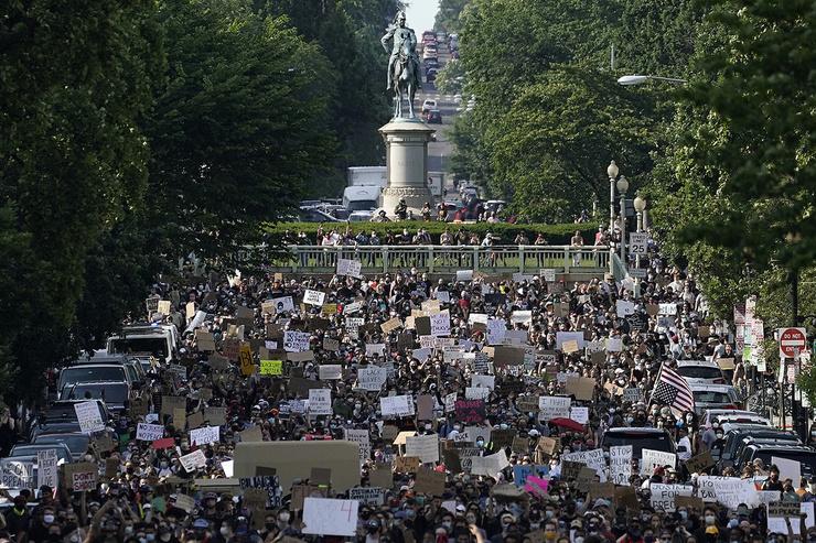 Сотни демонстрантов идут к Лафайет-Парку и Белому дому, чтобы протестовать против жестокости полиции и смерти Джорджа Флойда, 2 июня 2020 года, Вашингтон