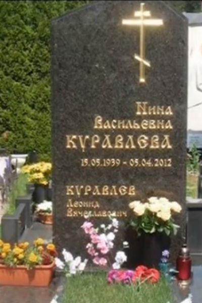 Изначально актера хотел поручить изготовление памятника Никасу Сафронову