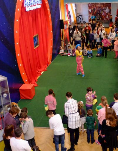 Ребятам из детских домов и приютов устроили красочное шоу