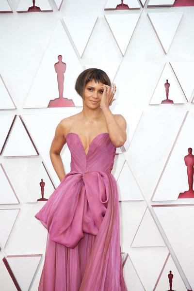 Экстремальные разрезы и странные рюши: худшие платья премии «Оскар-2021»