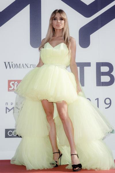 Белла Потемкина поразила поклонников ярким платьем