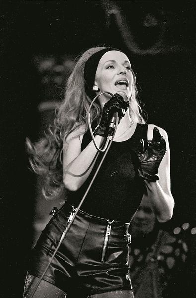 Под стать ее вокальному таланту была и хореографическая подготовка