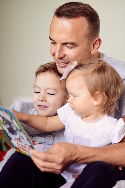 Игорь обожает читать младшему сыну и дочке