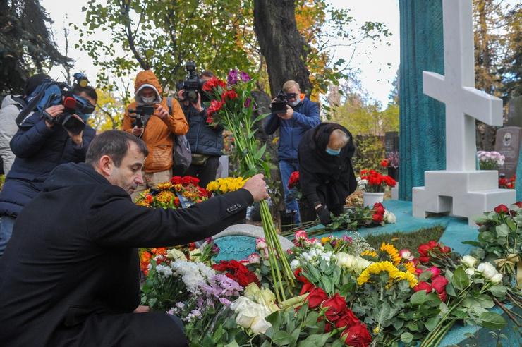 Мемориал утопает в цветах