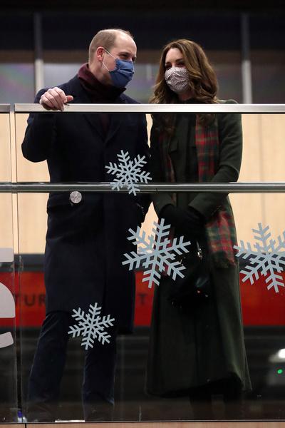 Принцесса в праздничных декорациях: образы Кейт Миддлтон из рождественского тура по Великобритании