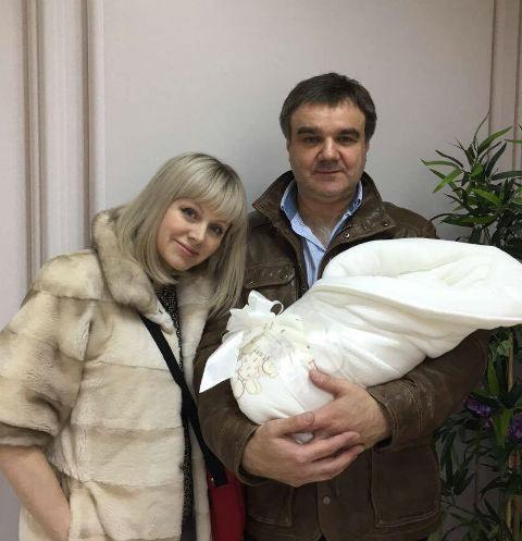 Супруг певицы Натали Александр приехал забрать жену и новорожденного из роддома