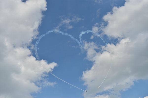 «Стрижи» нарисовали в небе сердце