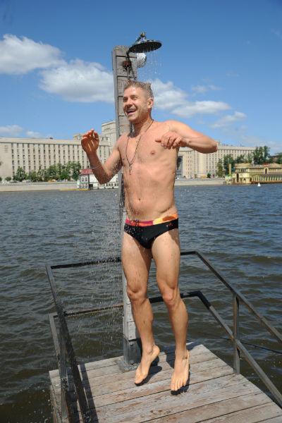 После участия в шоу «Вышка» артист не стесняется появляться в плавках даже в центре столицы