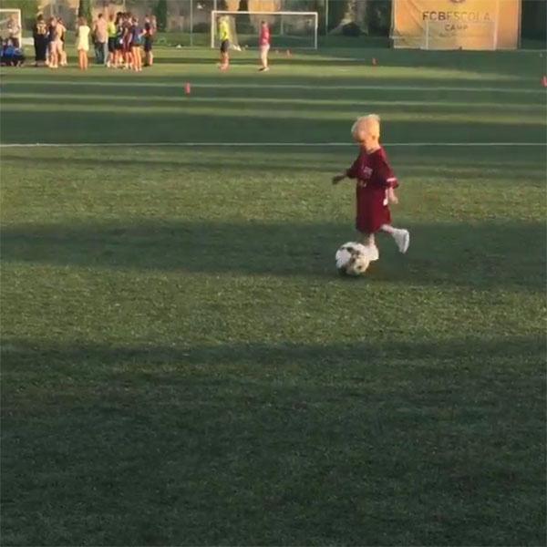 Гном Гномыч с удовольствием гонял мячик по газону