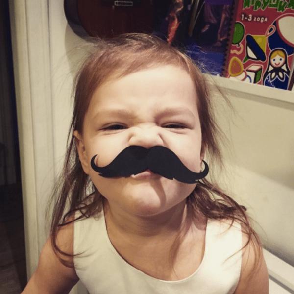 Внучка Федора Добронравова растет очень артистичной