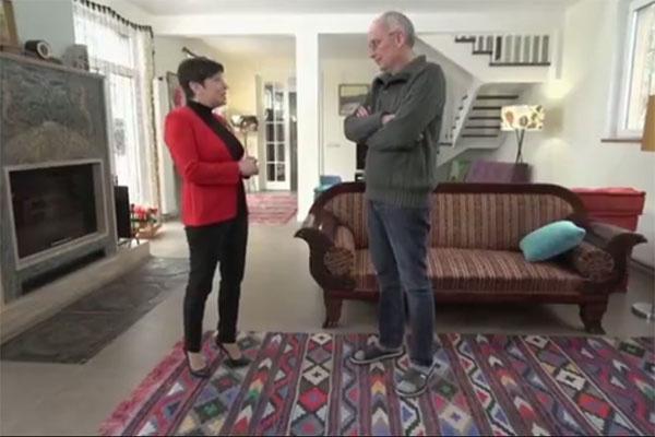 Гостиная в доме Гордона поражает размерами и обилием старинной мебели