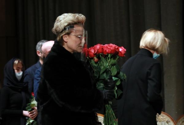 На церемонии были многочисленные друзья и коллеги режиссера