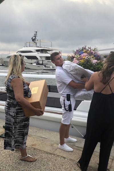 На борт доставляли подарки и цветы для именинницы