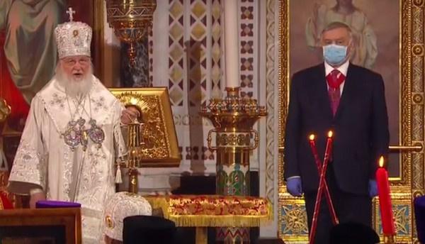 Патриарх Кирилл принял Благодатный огонь