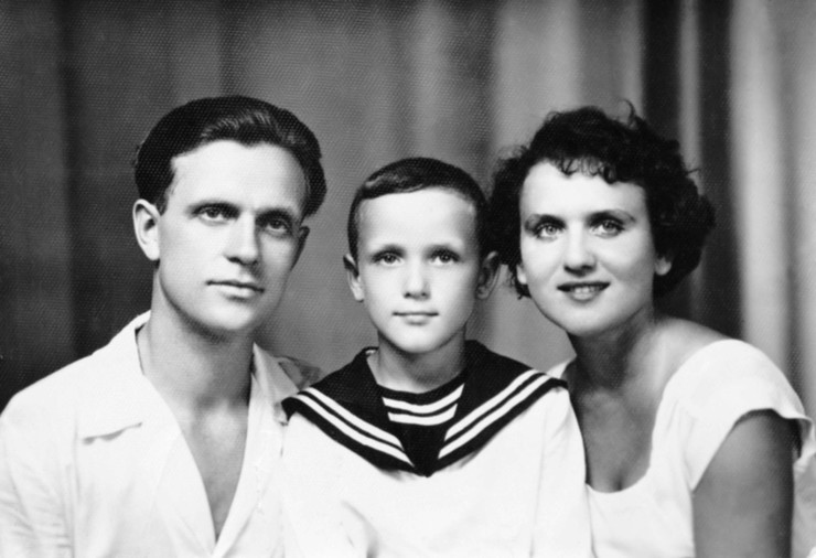 Мама Николая была театральной актрисой, а папа прославился ролью Ивана Субботина в «Вечном зове»