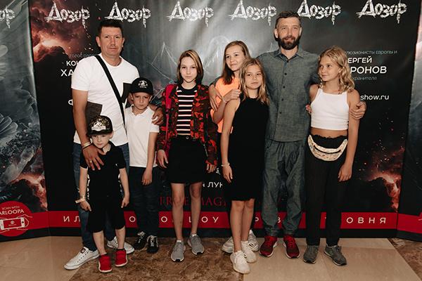 Лидеры группы Uma2rman Владимир и Сергей Кристовские с детьми