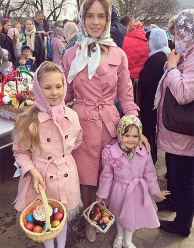 Певица Глюк'oZa отправилась в храм с дочками Лидой и Верой