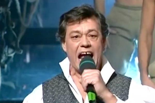 Актер известен не только как актер, но еще и как талантливый певец
