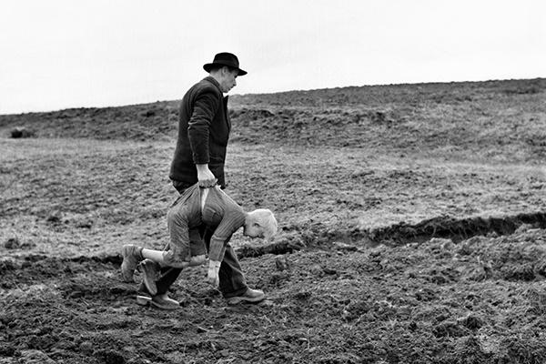 Элио Чиол «Фотография со съемок фильма «Последние». Отец наказывает Кеко», Фриули, 1962