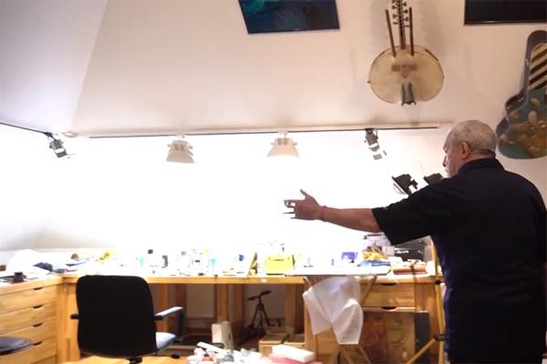 В мастерской Андрей Макаревич рисует и занимается музыкой