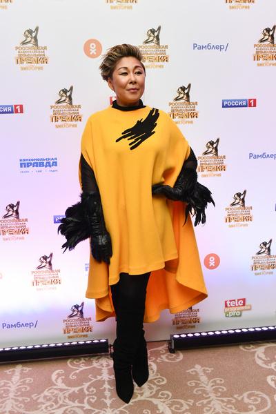 Анита Цой привнесла ярких красок в толпу гостей