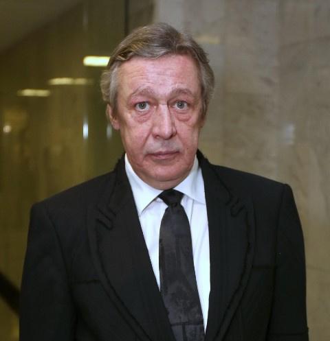 Перенесшего инсульт Михаила Ефремова доставили в суд