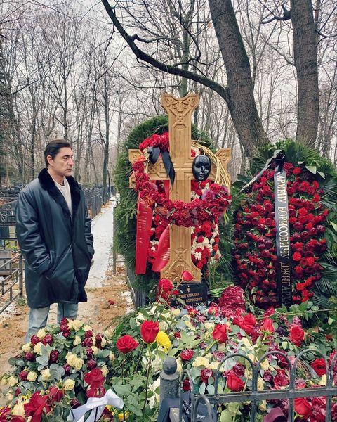 Степан Джигарханян у могилы отца
