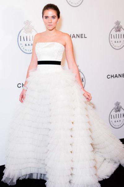Саша выбрала для свадьбы платье с пышной юбкой