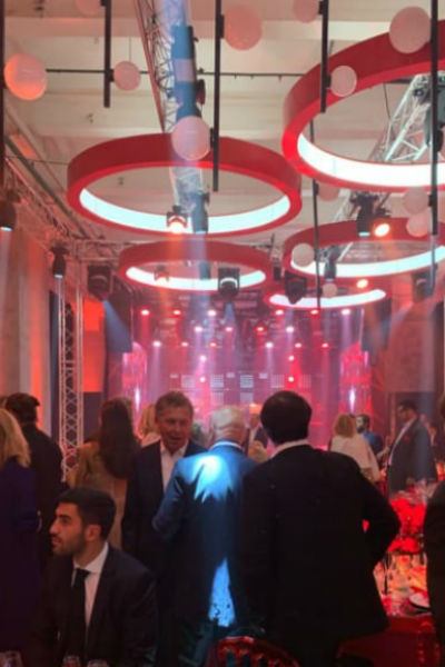 Зал, в котором проходит вечеринка, декорирован в красных тонах