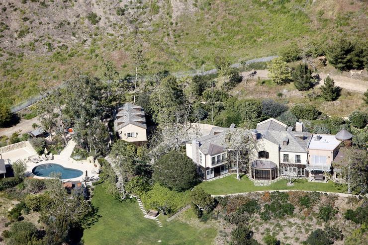 Дом расположен среди холмов